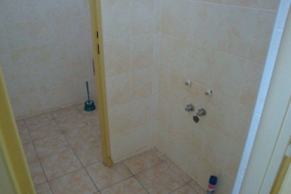 Vybielené toalety v oddelení rehabilitácie. Bývalé vedenie si vzalo aj umývadlá, sprchy a záchody.