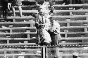 Horiaci Ryszard uprostred tribúny varšavského štadióna.
