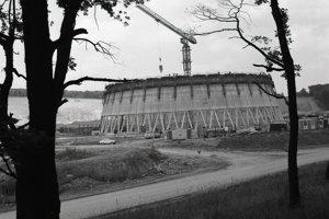 13. august 1985. Pracovníci Armabetónu Praha zabezpečujú výstavbu 127 m vysokých chladiacich veží. Na prvej veži robia už jej oplášťovanie
