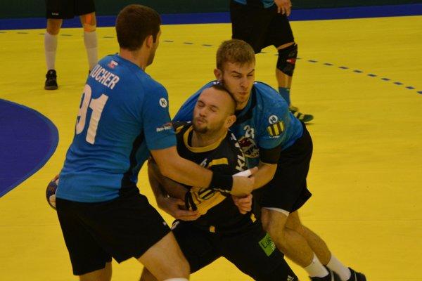 Agro doma vyhralo, dvojica Kucher - Hlinka sa snaží zastaviť prenikajúceho Klačanského, ktorý v Topoľčanoch hádzanársky vyrastal.