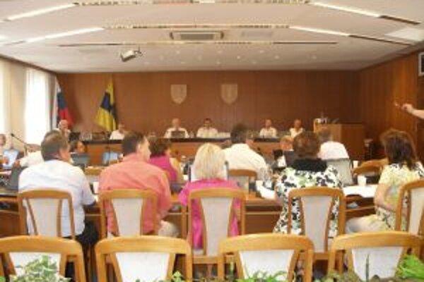 Poslanci topoľčianskeho zastupiteľstva prerokovali vyše tridsať bodov.
