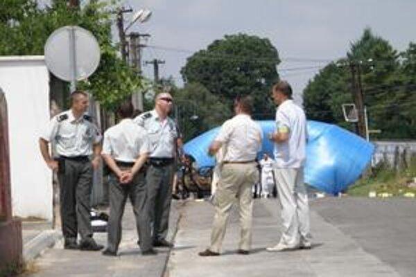 Miesto vraždy strážila polícia.