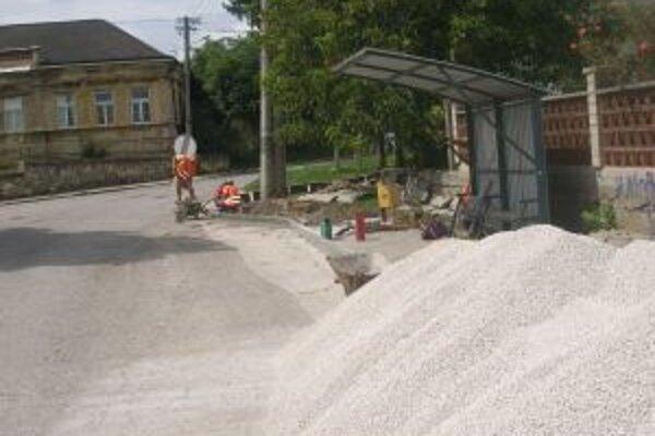 Nové chodníky budú dokončené v septembri.