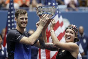Americká tenistka Bethanie Matteková-Sandsová (vpravo) a Brit Jamie Murray - víťazi miešanej štvorhry US Open 2018.