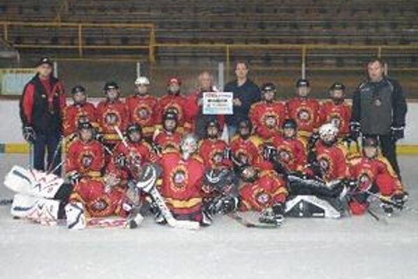 Hokejoví piataci s generálnym manažérom a riaditeľom školy ZŠ Tovarnícka.