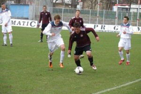 Hráči Podbrezovej (v červenom) získali v Dubnici bod.