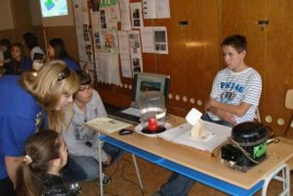 Veľa žiakov bolo zvedavých na pokusy s podtlakom.