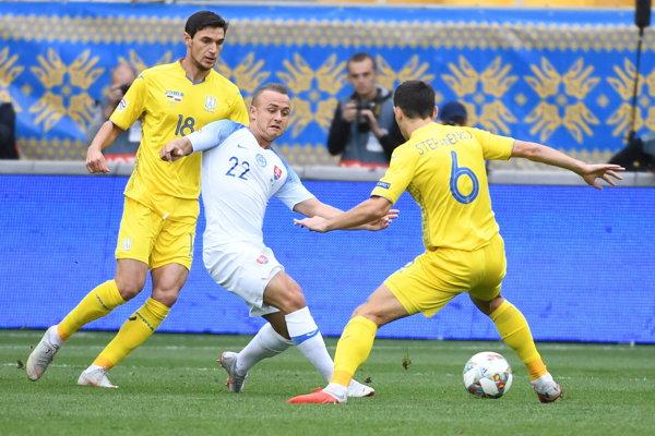Stanislav Lobotka medzi hráčmi Ukrajiny.