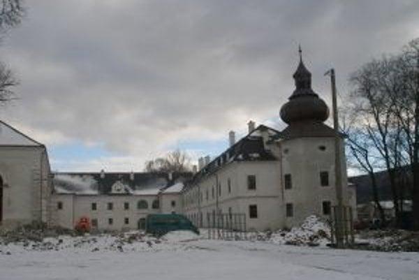 Hrubá kaštieľa stavba je už zrekonštruovaná.