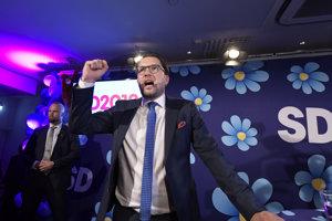 Líder pravicovo-populistických Švédskych demokratov Jimmie Åkesson oslavuje výsledok vo voľbách.