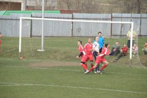 Futbalisti Prečína (v červenom) zdolali doma Holíč.