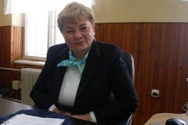 Starostka Chynorian Mária Lachkovičová si zariadila kanceláriu vlastným nábytkom.