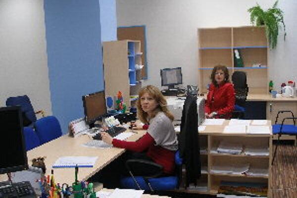 V kancelárii prvého kontaktu sú klientom  k dispozícii dve pracovníčky.