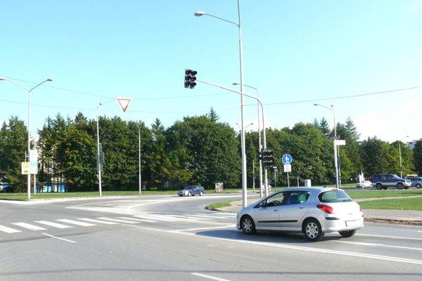Staré semafory pri kostole sa vymenia za nové. Umožnia zelenú vlnu.