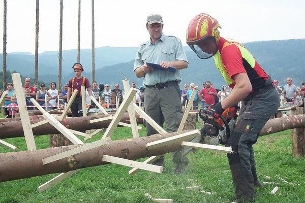 Účasť na drevorubačskej súťaži bola rekordná. Darilo sa aj Oravčanom. Na foto Jozef Baňák z Liesku.