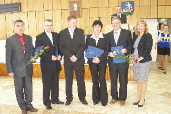 So županom Milanom Belicom (v strede) sa odfotili: Vladimír Hula, Róbert Čaniga, Janka Peterková, Igor Trepáč a úplne vpravo stojí vedúca odboru školstva NSK Ľubica Libová.