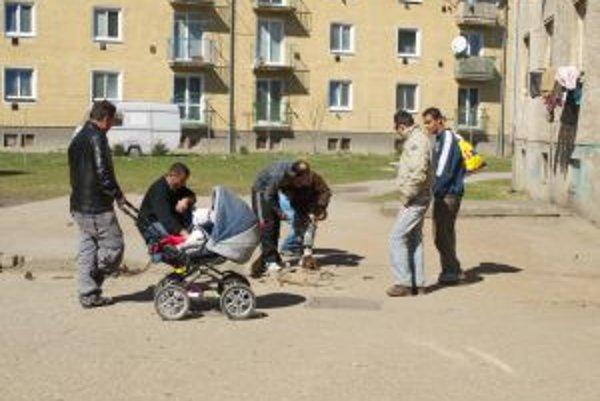 Rómovia nedostatok peňazí často riešia zberom kovového šrotu.