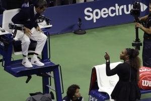 Serena Williamsová v diskusii s empajrovým rozhodcom Carlosom Ramosom v priebehu finále US Open 2018