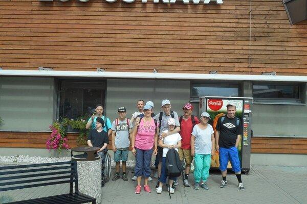 Deti zCSS Horelica pred vstupom do ZOO.