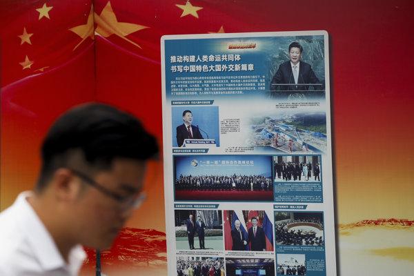 Plagát informuje o projekte Novej hodvábnej cesty, ktorú propaguje čínsky prezident Si Ťin-pching.