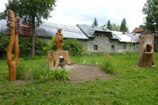 Ústredným prvkom pamätníka je socha M. Rakovského.
