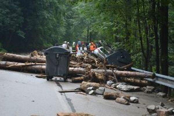 Autá a ani stromy nemali proti živlu žiadnu šancu