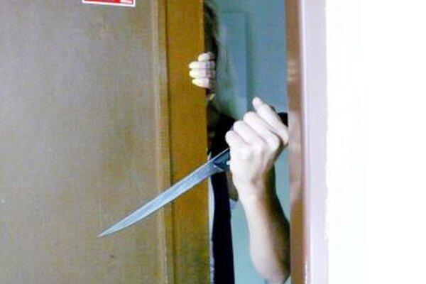 Mladá žena zo Záturčia napadla policajta nožom.