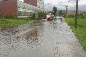 Búrka vždy v Turanoch zatopí túto ulicu a aj kanalizáciu.