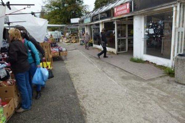 Chodníky v okolí podchodu pri tržnici by mali začať opravovať v novembri.