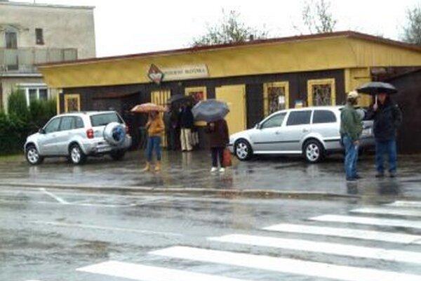 Keď prší, tak sa na zastávke pred dažďom neschováte.