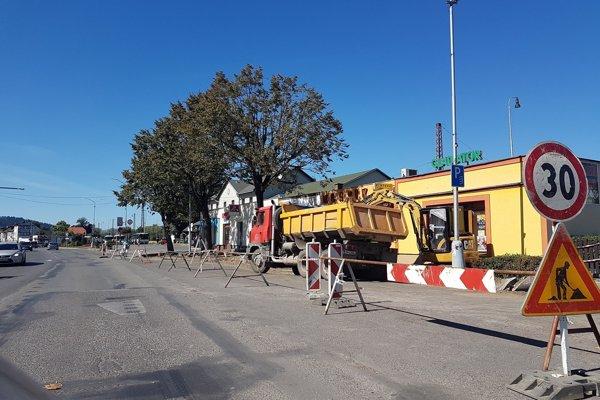 Dôvodom opravy, na ktorú je z rozpočtu mesta vyčlenená suma približne 31 000 eur, je zlý stav chodníka