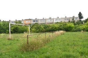 Niekdajšie futbalové ihrisko blízko domov pustne už niekoľko rokov.