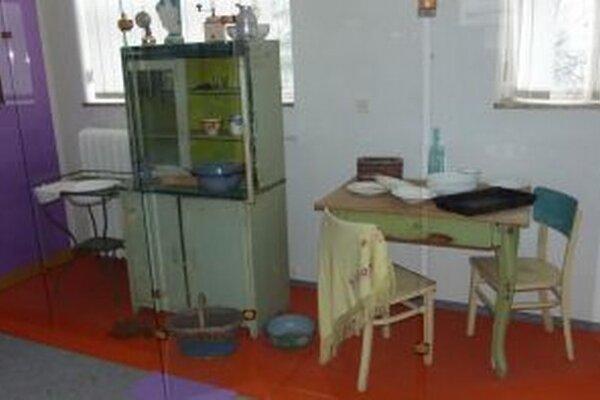 Rómska kuchyňa v päťdesiatych rokoch. Bývali v jednoduchom dome s jednou izbou. Mali tam pec alebo sporák na tuhé palivo, kredenc, stôl, stoličky, postele a skrinku.
