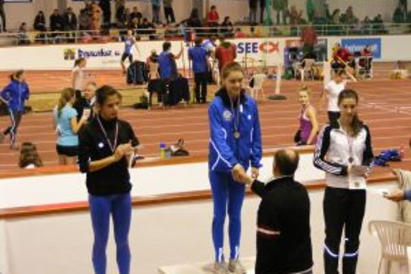 Dubnická dorastenka Viktória Zahradníčková (v strede) vyhrala 400 metrov a bola strieborná v štafete na 4 x 200 metrov.