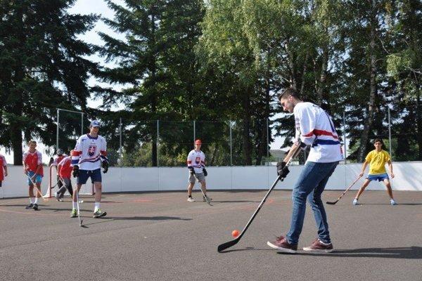 Nové hokejbalové ihrisko už slúži športovcom.