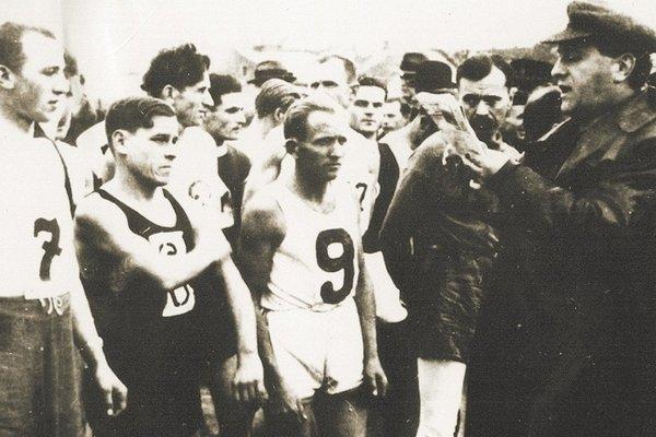 Rok 1936, posledné pokyny pred štartom od šéfa pretekov Vojtecha Bukovského.