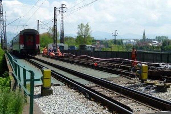 Na dolných Vrútkach už železničiari pracujú.