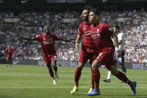 Futbalisti Liverpoolu sa radujú po jednom z gólov.
