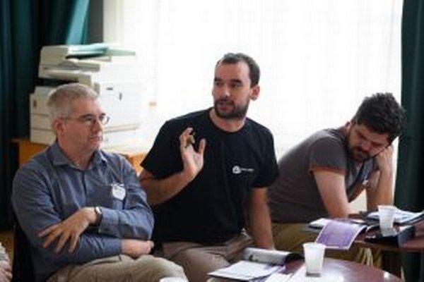 Matej Moško (v strede) počas jednej z Kritických platforiem.