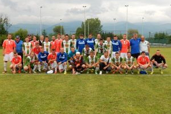 Futbalisti Turčianskej Štiavničky a Zvolena si našli po zápase čas aj na spoločné foto.