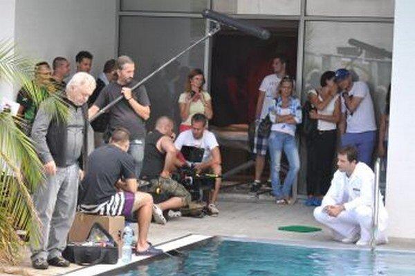 Na pľaci v teplických kúpeľoch. Marek Geišberg (vpravo) stvárňuje hlavného hrdinu Adama.