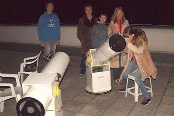 Členovia krúžku sledovali zatmenie v pozorovateľni na gymnáziu.