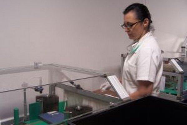 Zuzana Baliová pri čistení dokumentov pred digitalizáciou v Konzervačnom a digitalizačnom centre SNK vo Vrútkach.