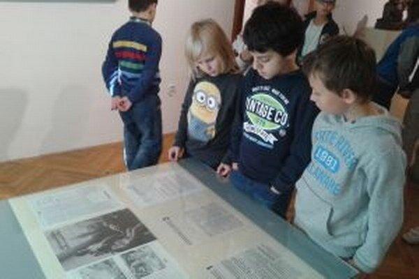 Deti počas prehliadky v galérii.