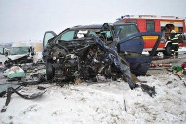 Z osobného auta ostal po zrážke iba šrot.
