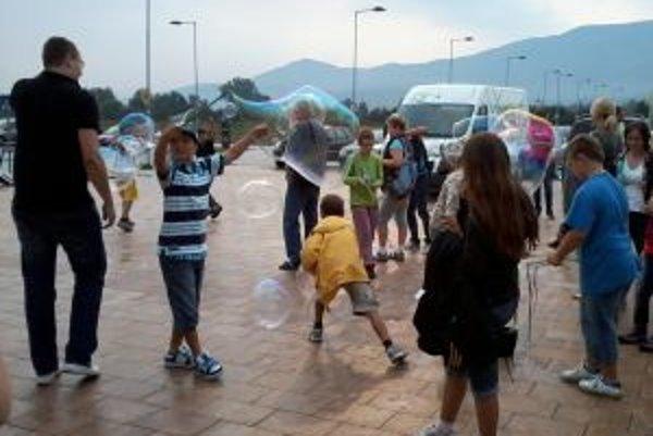 Deti sa učia ako sa robia veľké bubliny.