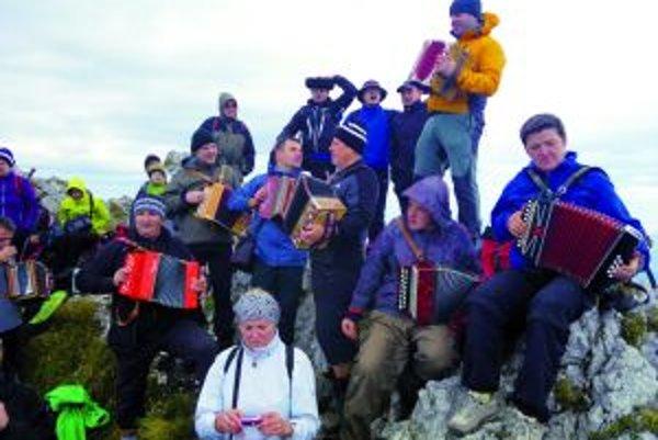 Heligonkári na vrchole Veľkého Rozsutca.