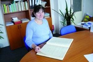 Starostka Blatnice Ivica Súkeníková spolu s nami listovala v obecnej kronike.