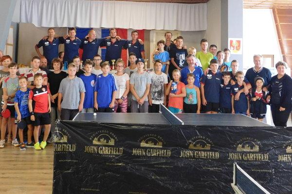 Spoločná fotografia účastníkov turnaja po slávnostnom vyhlásení výsledkov.