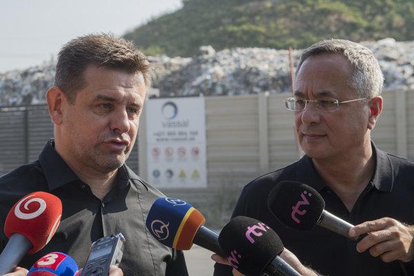 Minister životného prostredia László Sólymos (vľavo) a generálny riaditeľ Štátneho geologického ústavu Dionýza Štúra Branislav Žec.